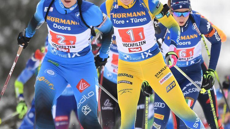 La Française Anaïs Bescond devant la Suédoise Johanna Skottheim au relais d'Hochfilzen (JOE KLAMAR / AFP)