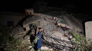 Un homme observe les dégâts causés par un séisme à Mirpur, au Cachemire pakistanais, le 24 septembre 2019. (AAMIR QURESHI / AFP)