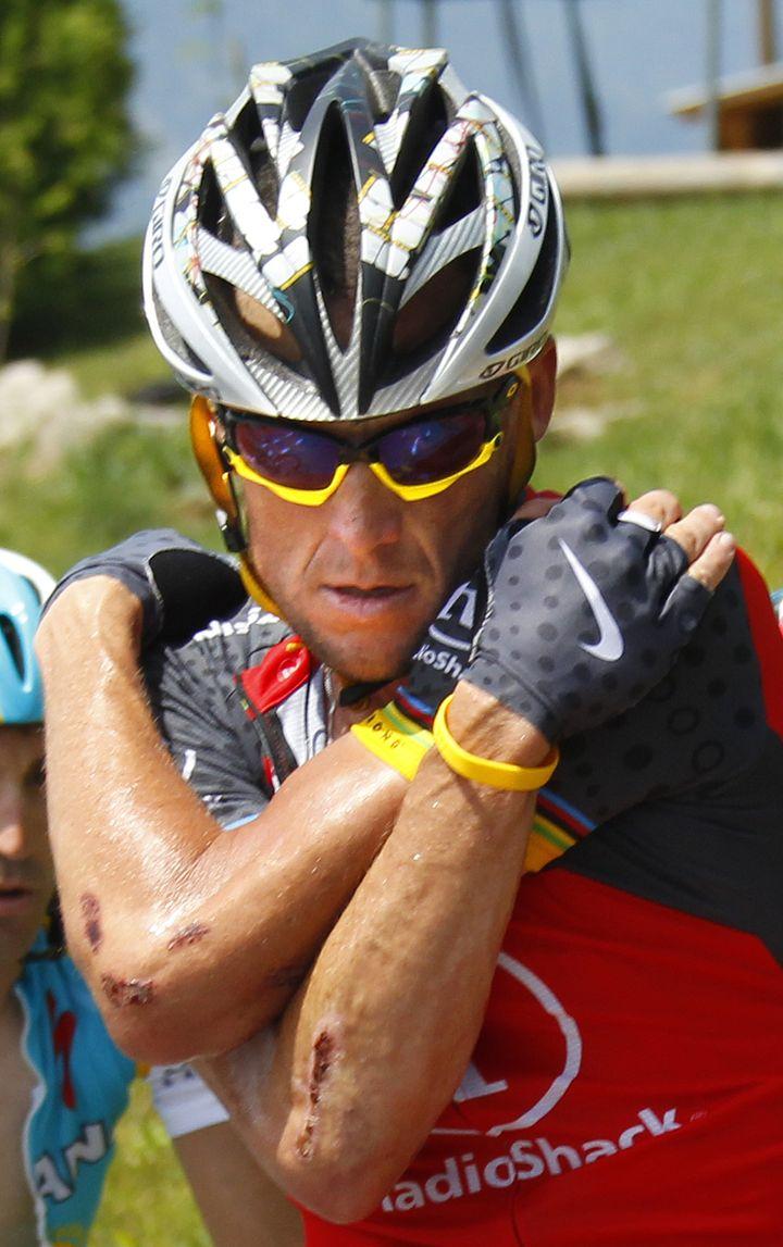 """Lance Armstrong lors du Tour de France 2010, où il arbore des gants """"Nike"""" et le fameux bracelet jaune de sa fondation Livestrong. (BOGDAN CRISTEL / REUTERS)"""