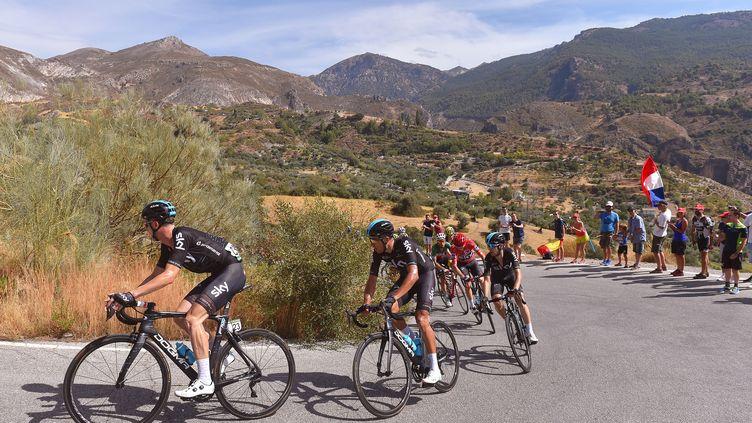 Le train Sky de Christopher Froome emmène le peloton de la 72e édition du Tour d'Espagne. (DE WAELE TIM / TDWSPORT SARL)