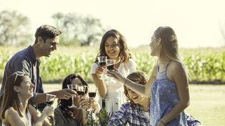 Un groupe d'amis, dont plusieurs femmes, partage un apéritif (illustration) (SIGRID OLSSON / MAXPPP)