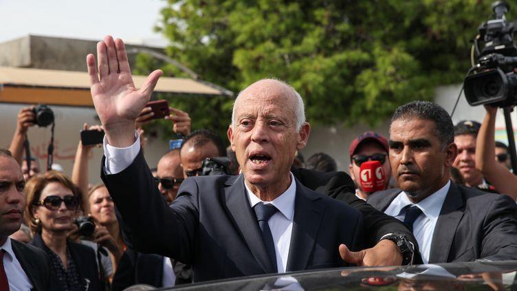 Kais Saied salue des gens dans la rue à Tunis (Tunisie), le 13 octobre 2019. (CHEDLY BEN IBRAHIM / NURPHOTO / AFP)