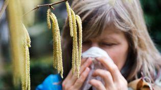 Quelques gestes simples permettent de se protéger ses crises au pollen. Il faut notamment aérer sa maison ou son appartement, tôt le matin ou tard le soir, lorsque l'humidité empêche les pollens de voler. (ARNO BURGI / DPA / AFP)