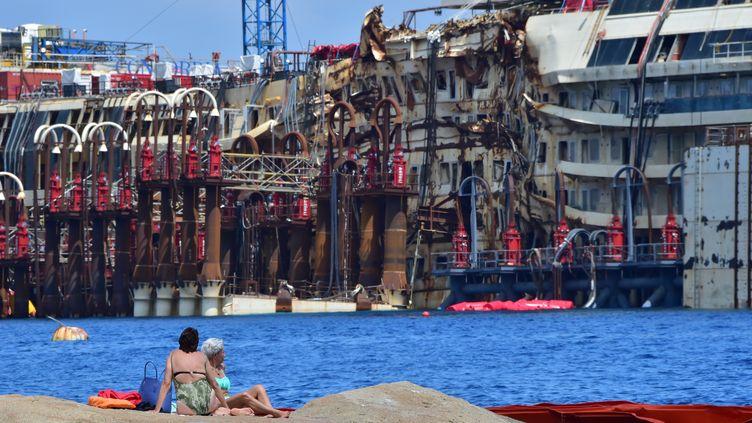 """L'épave du """"Costa Concordia"""", au large de l'île italienne du Giglio, dimanche 13 juillet 2014.  (GIUSEPPE CACACE / AFP)"""
