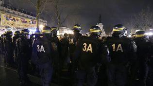 """Des CRS face aux manifestants de """"Nuit Debout"""", le 3 avril 2016 sur la place de la République. (DOMINIQUE FAGET / AFP)"""