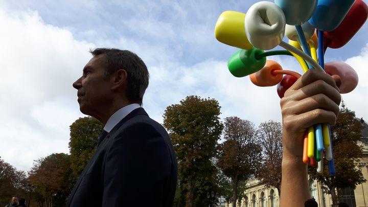 """Jeff Koons à Paris, pour l'inauguration de son """"Bouquet de Tulipes"""" dans les jardins des Champs-Élysées, le 4 octobre 2019. (ANNE CHEPEAU / RADIO FRANCE)"""