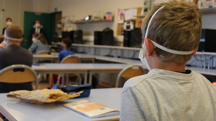 Un élève dans une salle de classe du collège de Jastres à Aubenas en Ardèche, le 25 mai 2020. Photo d'illustration. (CLAIRE LEYS / RADIO FRANCE)