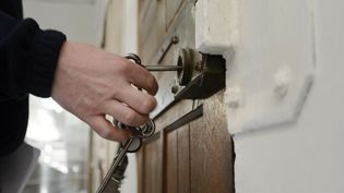 Un gardien ouvre une cellule à la prison des Baumettes, à Marseille (Bouches-du-Rhône), le 6 mars 2013. (ANNE-CHRISTINE POUJOULAT / AFP)
