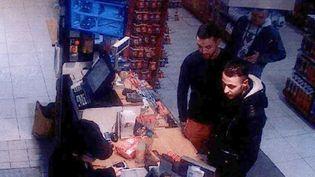 Capture d'écran d'une caméra de surveillance sur laquelle apparaissentMohamed Abrini et Salah Abdeslam à la caisse d'une station-service de Ressons-sur-Matz, dans l'Oise, le 11 novembre 2015. (AFP)