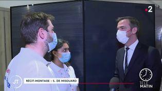 Le ministre de la Santé s'est inquiété, dimanche 4 juillet, de la progression du variant Delta du coronavirus en France, ainsi que d'une hausse des cas de contamination. (FRANCE 2)