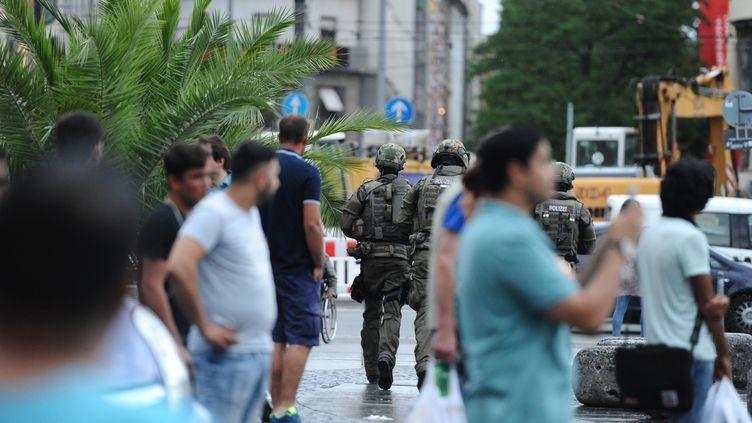 Les forces de l'ordre sécurisent le secteur de la place Stachus, dans le centre de Munich, après une fusillade dans un centre commercial, le 22 juillet 2016. (ANDREAS GEBERT / AFP)