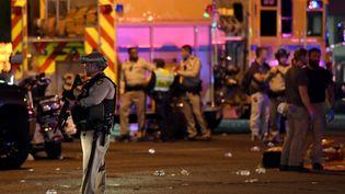 Un policier, sur les lieux de l'attaque du dimanche 1er octobre, à Las Vegas. (ETHAN MILLER / GETTY IMAGES NORTH AMERICA / AFP)