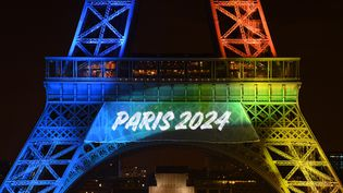 La Tour Eiffel aux couleurs de la candidature de Paris 2024, le 3 février 2017. (PHILIPPE MILLEREAU / DPPI MEDIA)