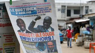 Yopougon, quartier populaire d'Abidjan, le 2 février 2019 : en Une, les photos de Laurent Gbagbo et de son ancien ministre Charles Blé Goudé. (Issouf Sanogo /AFP)