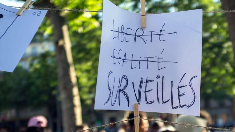 Des opposants à la loi sur le renseignement manifestent contre le texte, le 8 juin 2015, à Paris. (MAXPPP)