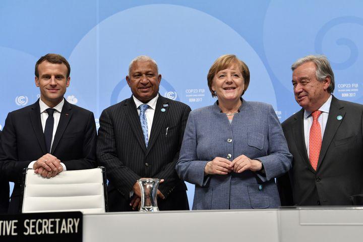Le président français, Emmanuel Macron, le Premier ministre des îles Fidji et président de la COP23, Frank Bainimarama, la chancelière allemande, Angela Merkel, et le secrétaire général de l'ONU, Antonio Guterres, mercredi 15 novembre, à Bonn (Allemagne). (JOHN MACDOUGALL / AFP)
