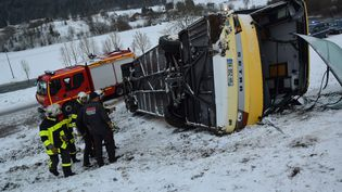 L'autocar scolaire après l'accident, à Montflovin (Doubs), le 10 février 2016. (MAXPPP)