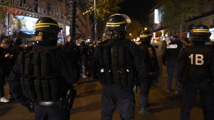 Des policiers bloquent l'accès à la Place de la République après avoir évacué les participants à l'opération Nuit Debout, dimanche soir 1er mai à Paris. (MIGUEL MEDINA / AFP)