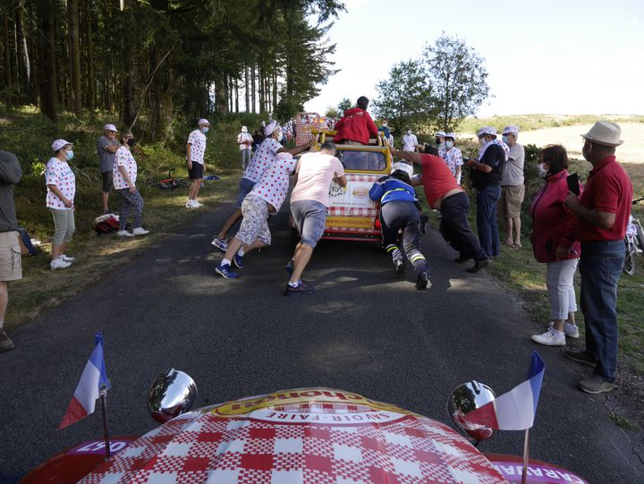 La 2cv poussée par le public dans le Suc-au-May