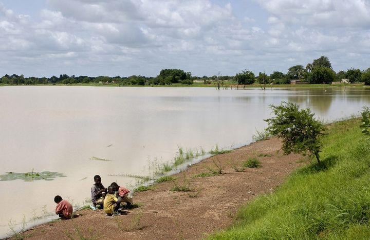 Le lac de barrage de Pouni au Burkina Faso. Une retenue artificielle afin d'assurer des réserves d'eau pour l'agriculture. (PHILIPPE ROY / PHILIPPE ROY)