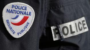 Un policier à Bordeaux, le 8 février 2016. (REGIS DUVIGNAU / REUTERS)