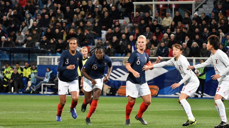 Wendie Renard,Griedge Mbock et Amandine Henry jouent face au Japon, à Auxerre (Yonne) le 4 avril 2019. (MELANIE LAURENT / A2M SPORT CONSULTING / AFP)