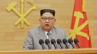 Le leader nord-coréen Kim Jong-un lors de son discours du nouvel an, sur une image publiée par l'agence officielle nord-coréenne, le 5 janvier 2018. (KCNA KCNA / REUTERS)