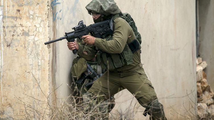 Un soldat israélien mène une opération près de Naplouse (Cisjordanie), le 4 mai 2018. (Photo d'illustration) (JAAFAR ASHTIYEH / AFP)