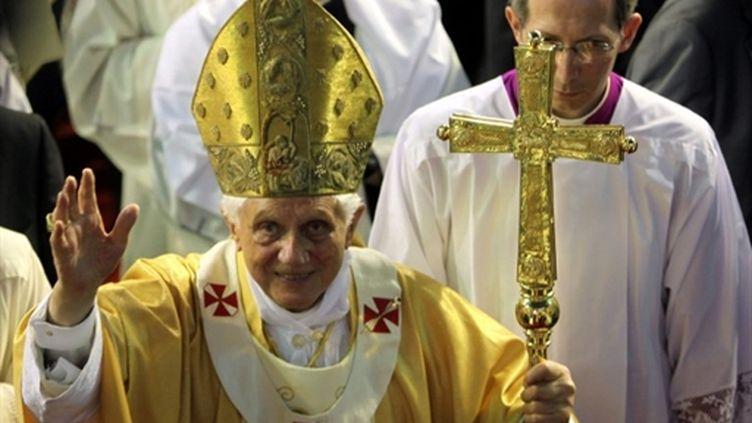 Le pape Benoît XVI salue la foule à la fin de la messe dans un centre sportif à Nicosie le 6 juin 2010 (AFP - MENAHEM KAHANA)