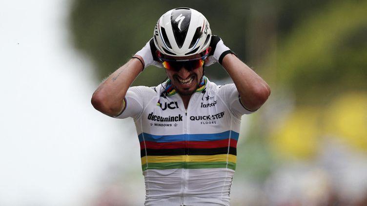 L'émotion de Julian Alaphilippe, vainqueur de la 1re étape du Tour de France 2021, qui va céder momentanément son maillot de champion du monde pour le maillot jaune, le 26 juin 2021 à Landerneau. (BENOIT TESSIER / POOL)