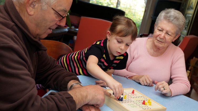 Des grands-parents jouent avec leur petite-fille le 12 novembre 2012. (MAXPPP)