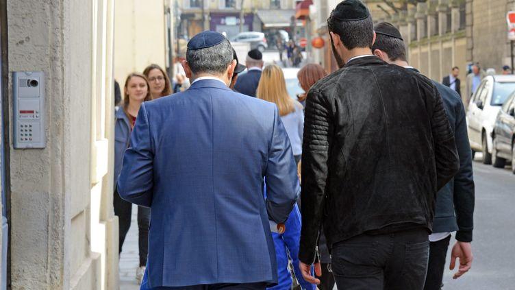 Des personnes de confession juive portant la kippa à Paris, le 10 avril 2015. (WINFRIED ROTHERMEL / PICTURE ALLIANCE / AFP)