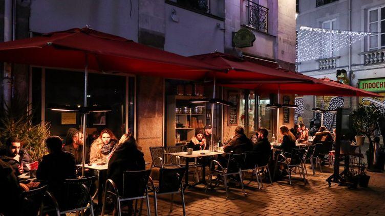 Des clients sur une terrasse chauffée à Nantes (Loire-Atlantique), le 4 janvier 2020. (SAMUEL HENSE / HANS LUCAS)