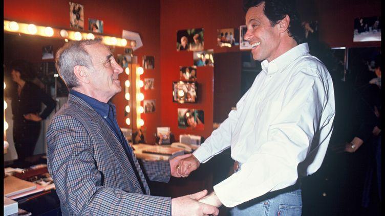 """Charles Aznavour et Michel Leeb, lors de la représentation de """"Je ne suis pas un homme facile"""", en 1993. (BERTRAND RINDOFF PETROFF / FRENCH SELECT)"""