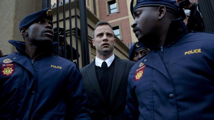 Le champion paralympique sud-africain Oscar Pistorius quittant le tribunal de Pretoria (Afrique du Sud), le 14 juin 2016. (KAREL PRINSLOO / AFP)