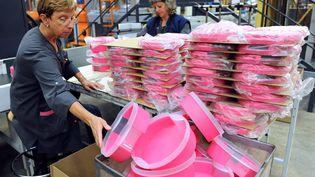 Des salariées de Tupperware travaillent sur le site de Joué-les-Tours (Indre-et-Loire), le 27 août 2013. (JEAN-FRANCOIS MONIER / AFP)