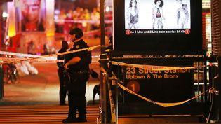 Des policiers et pompiers sur le lieu de l'explosion survenue le 17 septembre 2016 à New York (Etats-Unis). (SPENCER PLATT / GETTY IMAGES NORTH AMERICA / AFP)