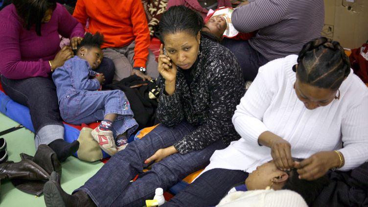 Des familles de mal-logés occupent le gymnaseSaint-Merri à Paris,à l'initiative de l'association Droit au logement, le 28 décembre 2008. (LOIC VENANCE / AFP)