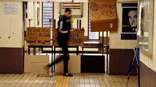Les étudiants de l'université Paris 1 Pantheon Sorbonne ont voté le blocage illimité de leur fac, à Tolbiac, mardi 3 avril. (CHRISTOPHE SIMON / AFP)