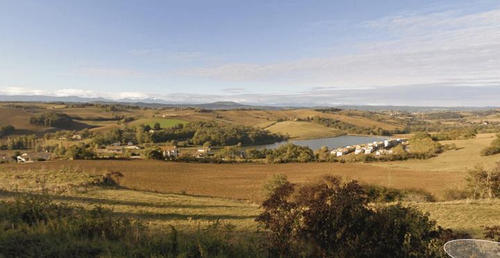 Le lac et la vue sur les Pyrénées, à Carla-Bayle (Ariège). (GOOGLE STREET VIEW / FRANCETV INFO)