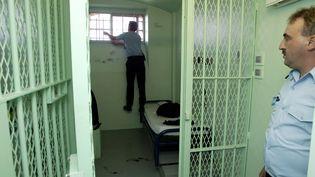 Fouille d'une cellule dans le quartier disciplinaire de la maison d'arrêt de Reims, le 21 juin 2004 (ALAIN JULIEN / AFP)