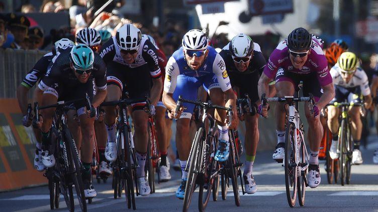 Le Colombien Fernando Gaviria (en bleu, au centre) a déjà remporté deux étapes sur ce 100e Giro. L'Allemand André Greipel (maillot cyclamen, à droite) s'était lui adjugé la première étape de l'épreuve.  (LUK BENIES / AFP)