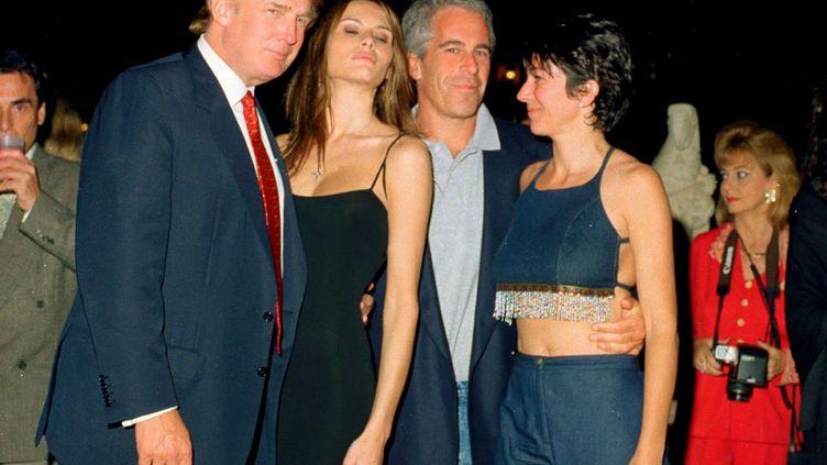 Le magnat de l'immobilier américain Donald Trump et sa future femme, Melania Knauss, en compagnie de Jeffrey Epstein et de son ex-compagne Ghislaine Maxwell, le 12 février 2000 au club privé Mar-a-Lago à Palm Beach, en Floride (Etats-Unis). (DAVIDOFF STUDIOS PHOTOGRAPHY / ARCHIVE PHOTOS / GETTY IMAGES)