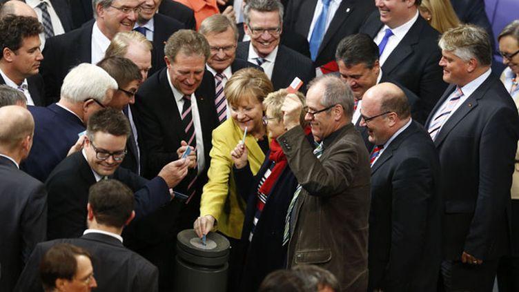 (Les députés autour de la chancelière Angela Merkel lors du vote du budget de l'Etat fédéral allemand  © REUTERS/Hannibal Hanschke)