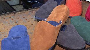 Dans le Limousin, on fabrique des pantoufles sur mesure. Ces derniers mois, les ventes ont explosé, conséquence du télétravail et des confinements. (CAPTURE ECRAN FRANCE 2)