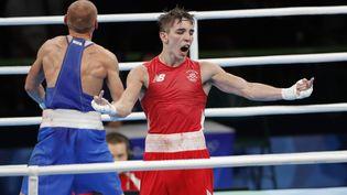 Le boxeur irlandais Michael Colan adresse un doigt d'honneur aux juges après sa défaite inattendue face au Russe Vladimir Nikitin, le 16 août 2016 aux Jeux olympiques à Rio. (MAXPPP)