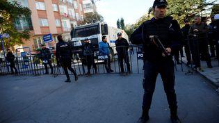 La police turque est postée le 4 novembre à proximité dusiège du HDP àAnkara qui a été perquisitionné. (UMIT BEKTAS / REUTERS)