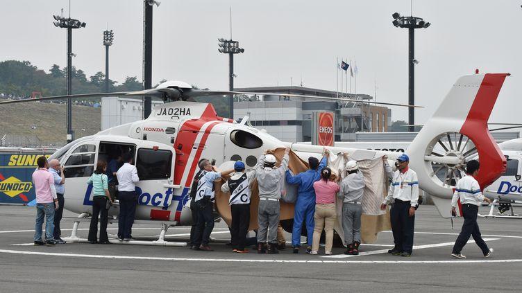 Alex de Angelis, emmené à l'hôpital après son accident (KAZUHIRO NOGI / AFP)