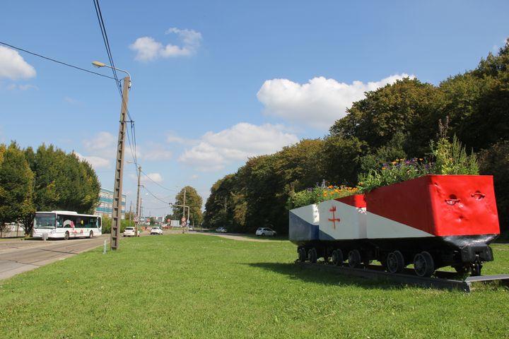 A Hayange (Moselle), la mairie FN a fait repeindre des wagonnets de mineurs en bleu-blanc-rouge. (BASTIEN HUGUES / FRANCETV INFO)