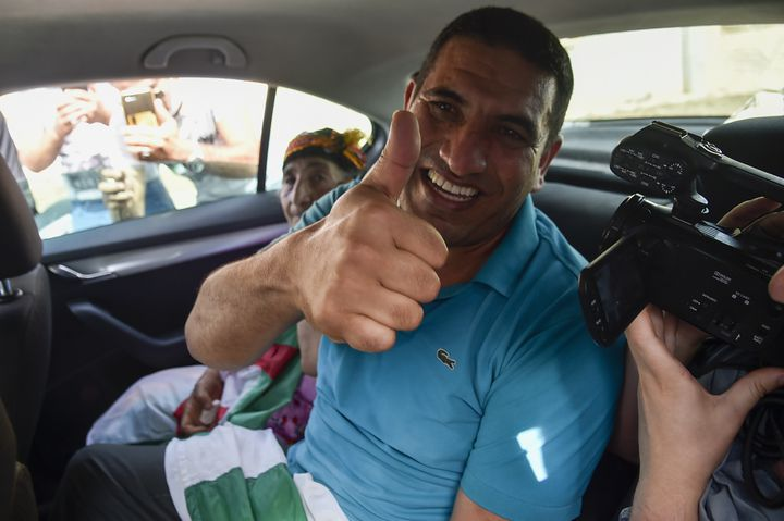 Karim Tabbou à sa sortie de la prison de Koléa, le 2 juillet 2020. (RYAD KRAMDI / AFP)